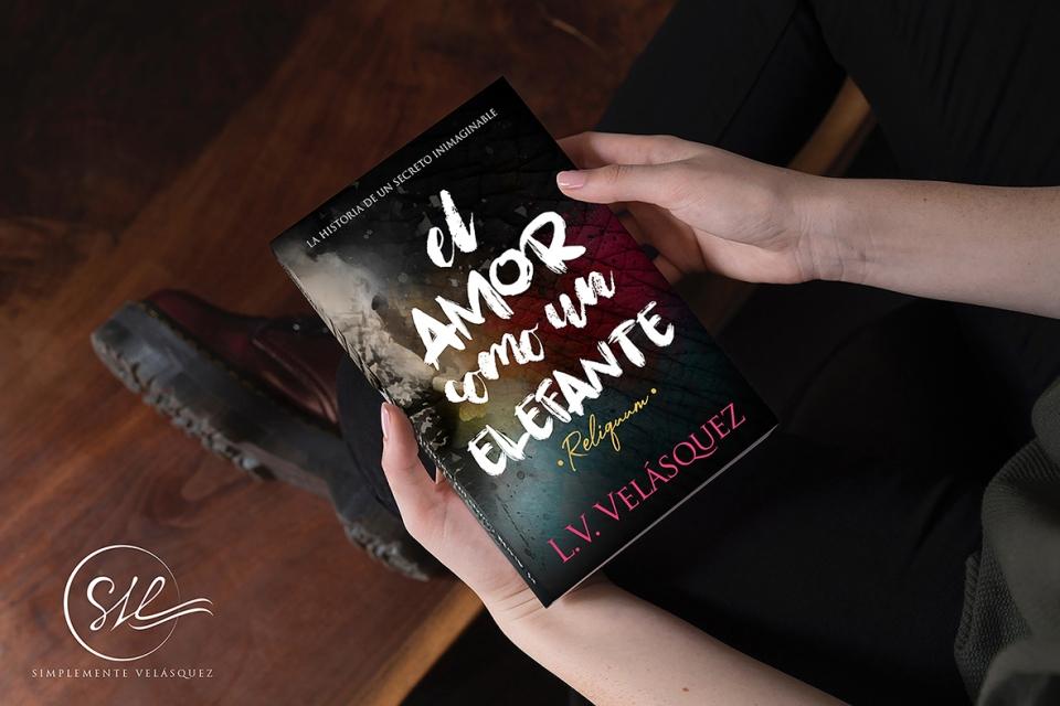 """Mujer con botas sostiene """"El Amor Como Un Elefante"""""""