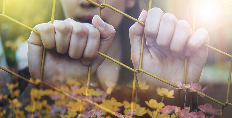 Huerfana de puertas, poesía, depresión, reflexion. Girl caged Pixabay