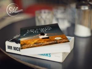 Novela paperback Las tantas que hay de mí sobre la mesa Pixabay